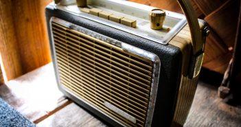 Listen To The Radio (Symbolfoto)